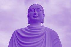 Stor staty av en vit Buddha i lotusblommaposition Arkivbilder