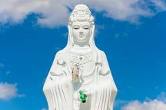 Stor staty av Guanyin på blå himmel på Wat Suwan Khiri, Simmulate arkivfoto