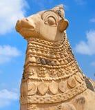 Stor staty av Nandi Bull framme av den hinduiska templet Royaltyfria Foton