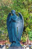 Stor stenängel på en kyrkogård royaltyfri foto