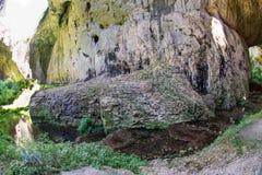 Stor sten i den Devitakski grottan, Bulgarien Arkivfoton