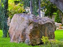 Stor sten i trädgård fotografering för bildbyråer