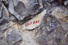 Stor sten med den HALVA VÄGEN för inskrift Royaltyfri Bild