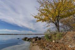 Stor sten sjö i höst royaltyfri fotografi
