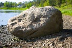 Stor sten vid floden arkivbilder