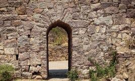 Stor stenvägg och liten öppning En sikt av det Golconda fortet Hyderabad royaltyfri foto