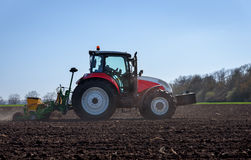 Stor Steyr traktor med den fäste Great Plains seederen för solrosfrö Arkivbild