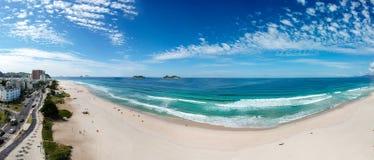 Stor surrpanorama av den Barra da Tijuca stranden, Rio de Janeiro, Brasilien fotografering för bildbyråer