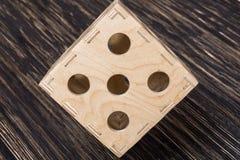 Stor tärning på den gamla wood tabellen Royaltyfri Foto