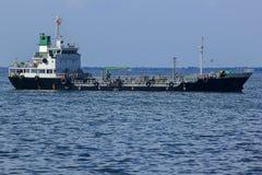 Stor tankfartyg i havet royaltyfria foton