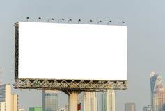 Stor tom affischtavla med stadssiktsbakgrund arkivbild
