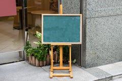 Stor tom affischtavla på en gatavägg Royaltyfri Bild