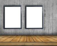 Stor tom affischtavla som två inom fästas till en betongvägg med trägolvet arkivbild