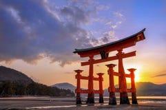Stor torii av Miyajima på solnedgången, nära Hiroshima Japan fotografering för bildbyråer