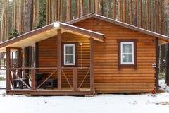 Stor träbathhouse i vinter Arkivbild