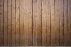 Stor träladugårdport Monumental lantgårddörr, två timrar bladet, stängd brun nyckel med plankor och spikar Royaltyfria Bilder