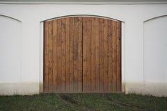 Stor träladugårdport Monumental lantgårddörr, två timrar bladet, stängd brun nyckel med plankor och spikar Royaltyfri Fotografi