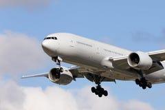 Stor trafikflygplan på inställningen som ska landas Royaltyfria Foton