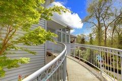 stor trappuppgång för yttergrått hus arkivbild