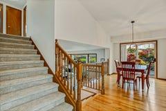 Stor trappuppgång med sikt av vardagsrum och matsal royaltyfria foton