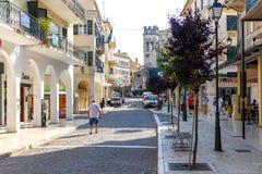 Stor turist- gata av den Korfu staden Royaltyfri Bild