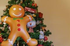 Stor uppblåsbar pepparkakaman med kopieringsutrymme på en julgran royaltyfri bild