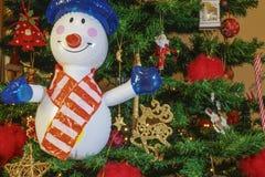 Stor uppblåsbar snögubbe på en julgran arkivfoton