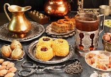 Stor uppsättning av östliga, arabiska turkiska sötsaker Arkivfoto
