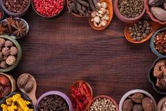 Stor uppsättning av kryddor och den bästa sikten för smaktillsatser arkivfoto