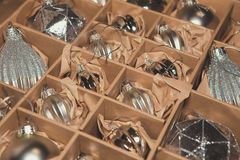 Stor uppsättning av lyxiga silverexponeringsglasstruntsaker Retro utformad bild av VI Royaltyfria Bilder