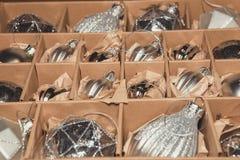 Stor uppsättning av lyxiga silverexponeringsglasstruntsaker Retro utformad bild av VI Arkivbild