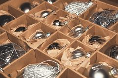 Stor uppsättning av lyxiga silverexponeringsglasstruntsaker Retro utformad bild av VI Royaltyfri Bild
