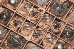 Stor uppsättning av lyxiga silverexponeringsglasstruntsaker Retro utformad bild av VI Royaltyfri Fotografi