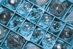 Stor uppsättning av lyxiga silverexponeringsglasstruntsaker Retro utformad bild av VI Arkivfoton