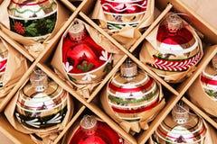 Stor uppsättning av lyxiga Winterberryexponeringsglasstruntsaker Retro utformad bild Arkivfoto