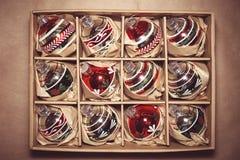 Stor uppsättning av lyxiga Winterberryexponeringsglasstruntsaker Retro utformad bild Arkivfoton