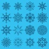 Stor uppsättning för vita snöflingor av olika variationer på azur backgr Royaltyfri Bild