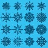Stor uppsättning för vita snöflingor av olika variationer på azur backgr Arkivfoto