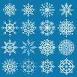 Stor uppsättning för vita snöflingor av olika variationer på blå backgro Arkivfoton