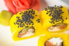 stor uppsättning med sushi och rullar Royaltyfri Bild
