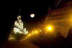 Stor utomhus- Buddhastaty på den Wat Pha Sorn Kaew templet Arkivbild