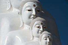 Stor utomhus- Buddhastaty på den Wat Pha Sorn Kaew templet Royaltyfri Fotografi