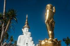 Stor utomhus- Buddhastaty på den Wat Pha Sorn Kaew templet Royaltyfria Bilder