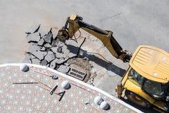 Stor väg för tryckluftsborrdrillborrborrande Krossande asfalt för tungt maskineri för stormwateravrinningreparation arkivbilder