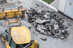 Stor väg för tryckluftsborrdrillborrborrande Krossande asfalt för tungt maskineri för stormwateravrinningreparation fotografering för bildbyråer