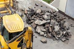 Stor väg för tryckluftsborrdrillborrborrande Krossande asfalt för tungt maskineri för stormwateravrinningreparation royaltyfri fotografi