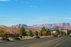Stor väg som leder till sjön Powell ( Glenn Canyon ) Fördämning nära sidan i Arizona, USA arkivbilder