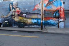 Stor väggmålning av två sjöjungfruar som visas i gatakonst, Rochester, New York, 2017 Royaltyfria Foton