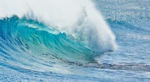 Stor våg som bryter i sommar arkivfoto