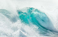 Stor våg som bryter på kusten i sommar arkivbild